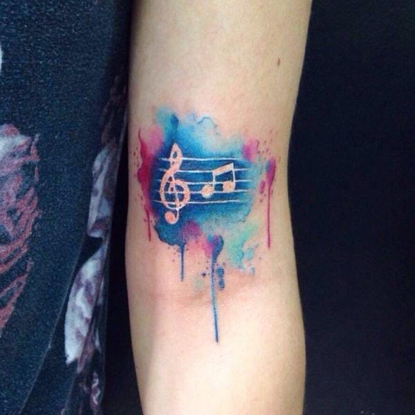 tatuagem colorida de clave de sol