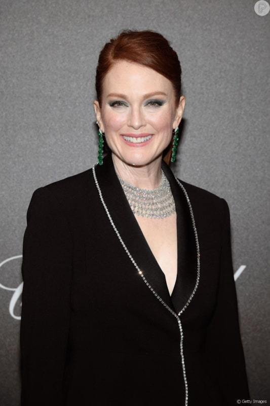 Atriz Julianne Moore com brincos pendentes de esmeralda