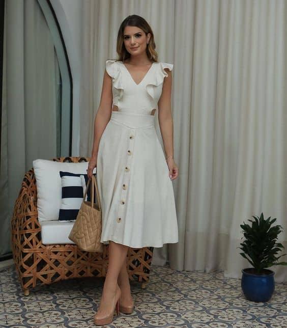 look com vestido branco midi de babados e botões