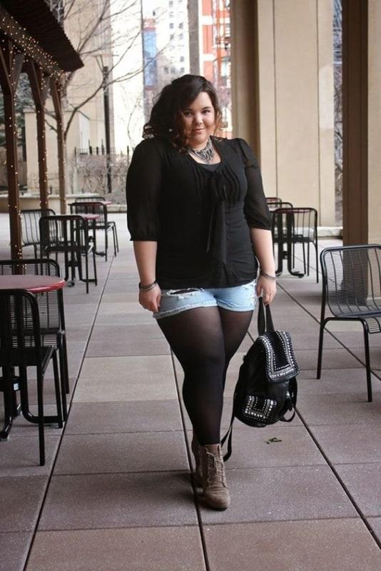 look plus size com short jeans e meia calça