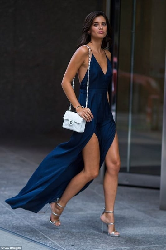look festa com vestido longo e sandália de salto prateada