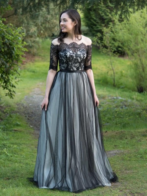 noiva com vestido longo em preto e branco
