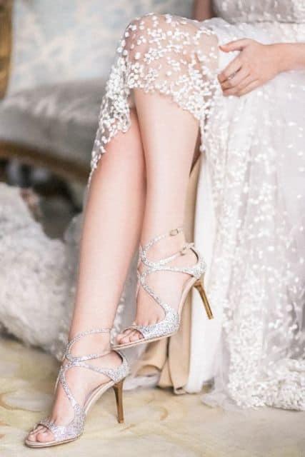 noiva com sandália prateada