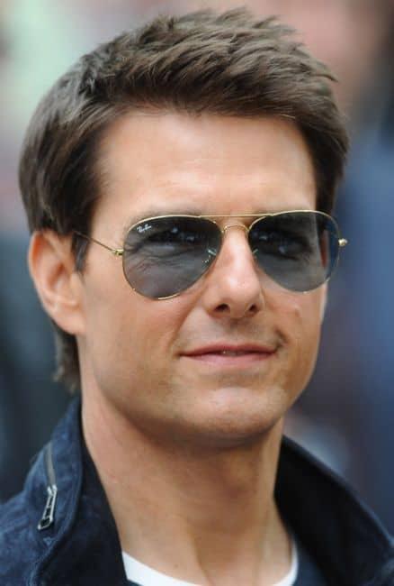 homem com óculos de sol aviador