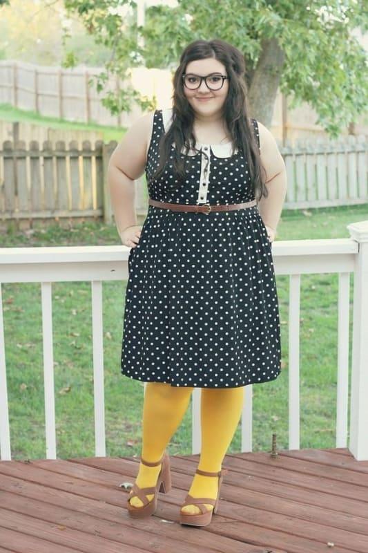 look plus size com meia calça amarela
