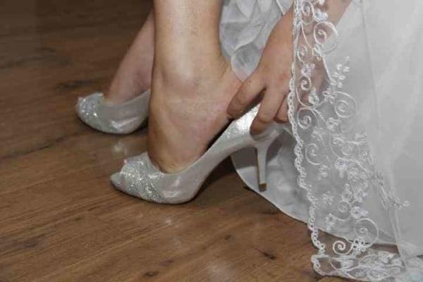 noiva com sapato peep toe prateado