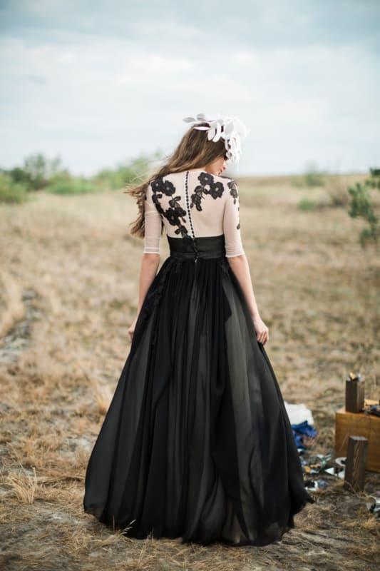 noiva com vestido preto e branco