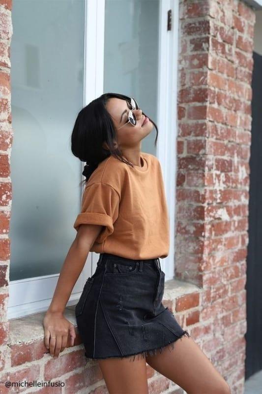 estilo tumblr com t shirt com mangas dobradas