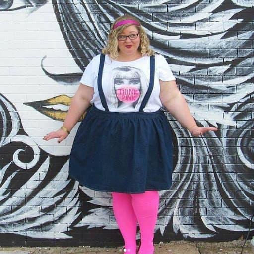 look plus size com meia calça rosa