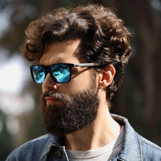 homem com óculos de sol espelhado azul
