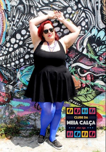 look plus size com vestido preto e meia calça azul