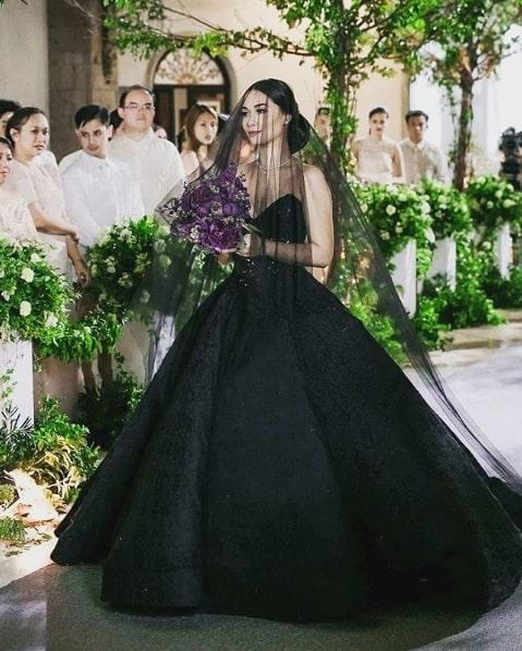 noiva com vestido princesa e véu preto