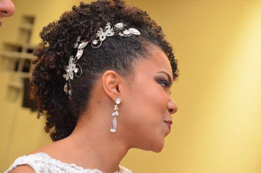 penteado para noiva com cabelo cacheado curto