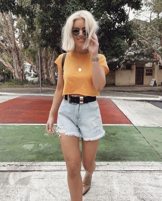 estilo tumblr com blusa cropped e short jeans