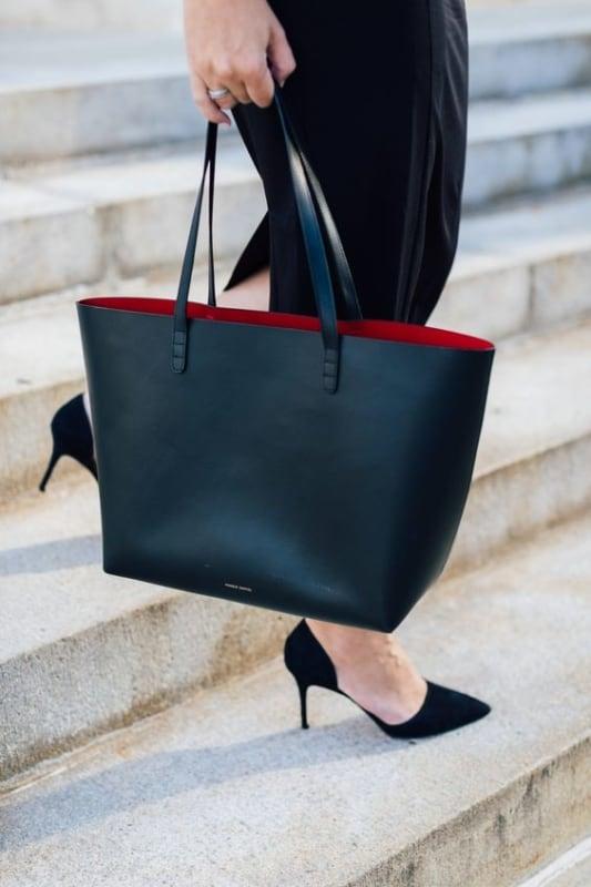 bolsa preta com forro vermelho