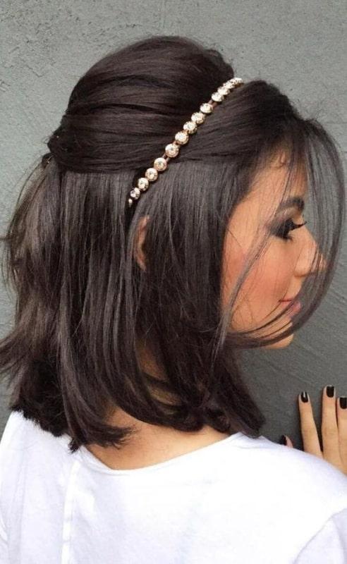 penteado com tiara para cabelo liso e curto