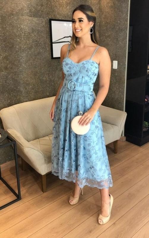 look para casamento de dia com vestido midi azul