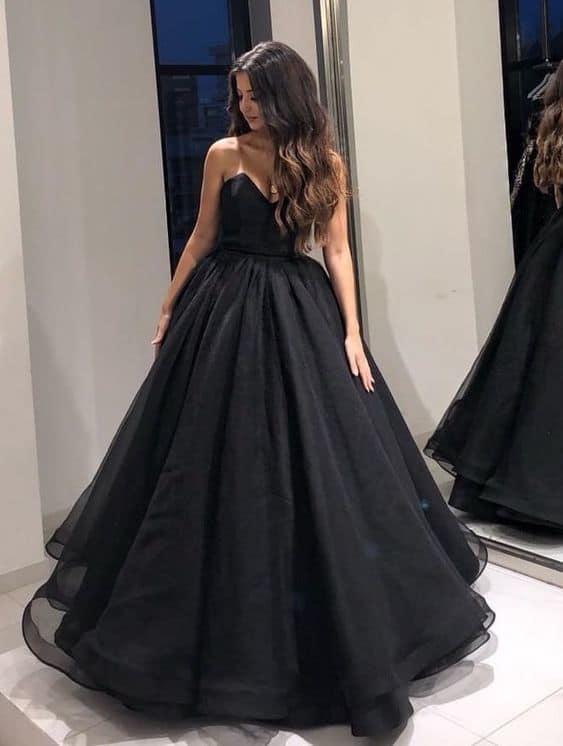 vestido de noiva preto com saia rodada e decote sem alça
