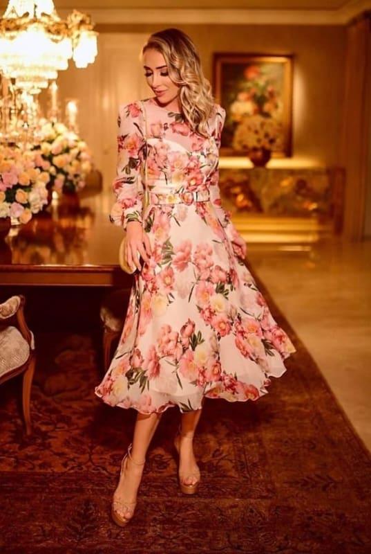 como usar vestido midi floral de saia rodada