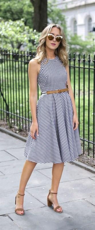 look com vestido midi xadrez e rodado