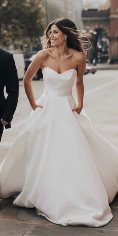 vestido de noiva minimalista em cetim e sem alças