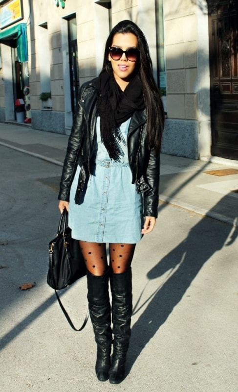 como usar vestido jeans com meia calça e jaqueta de couro