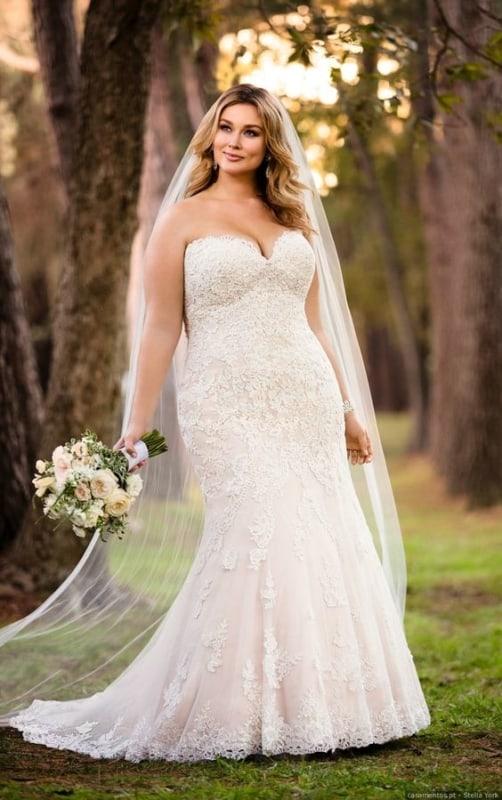 vestido de noiva plus size em renda e com decote tomara que caia