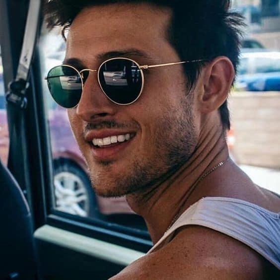 homem com óculos de sol redondo
