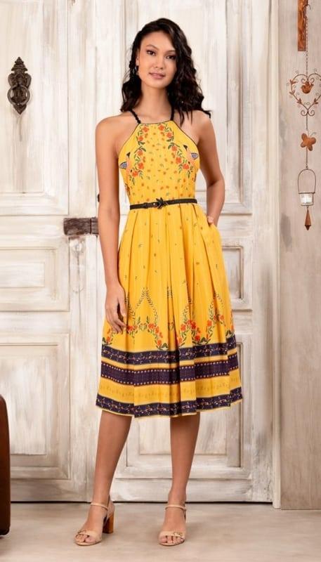 look com vestido rodado midi amarelo e cinto preto