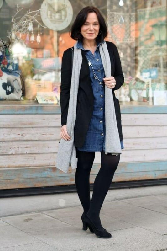 look senhora com vestido jeans e meia calça