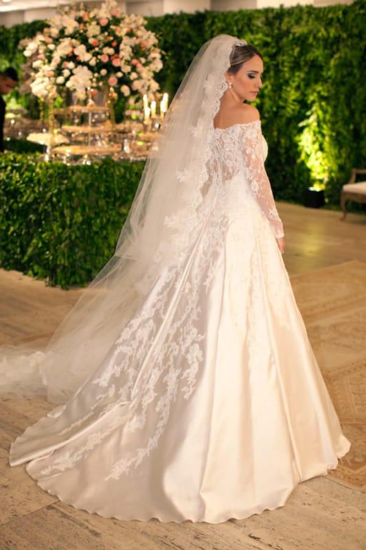noiva com vestido princesa de cetim com renda