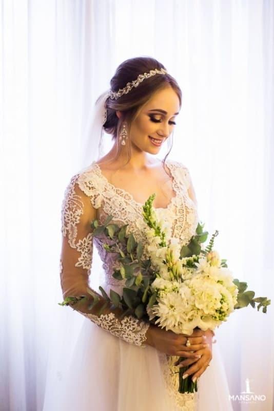 penteado de noiva preso com tiara e véu