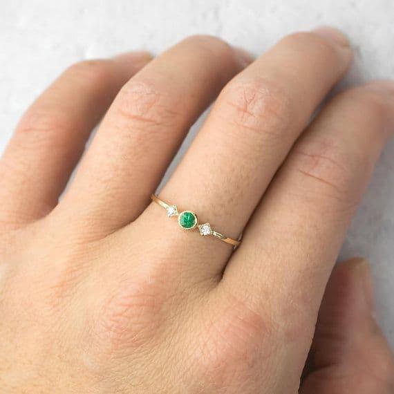 anel feminino delicado com esmeralda
