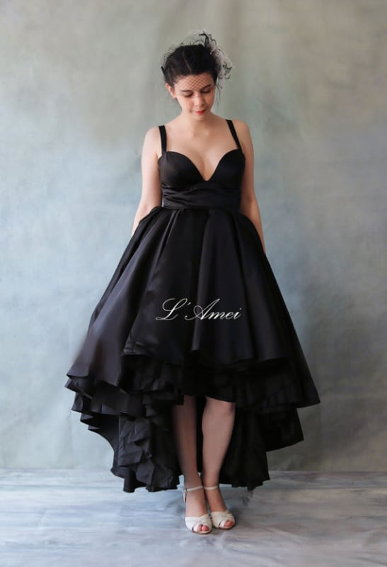 noiva com vestido de cetim preto curto