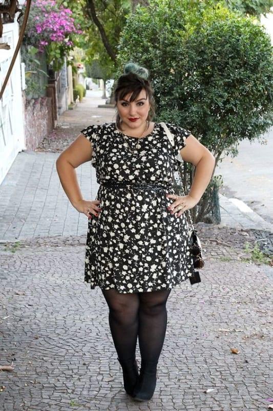 vestido plus size com meia calça preta