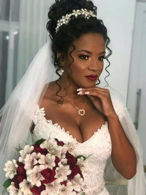 noiva de cabelo cacheado com tiara e véu