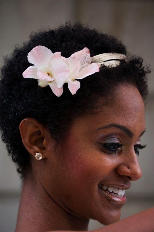 penteado com tiara para cabelo afro curto