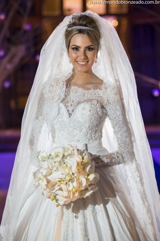 noiva com tiara delicada e véu longo