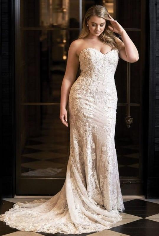 noiva com vestido plus size em renda e sem alças