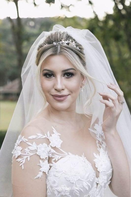 noiva com cabelo com tiara e véu delicado