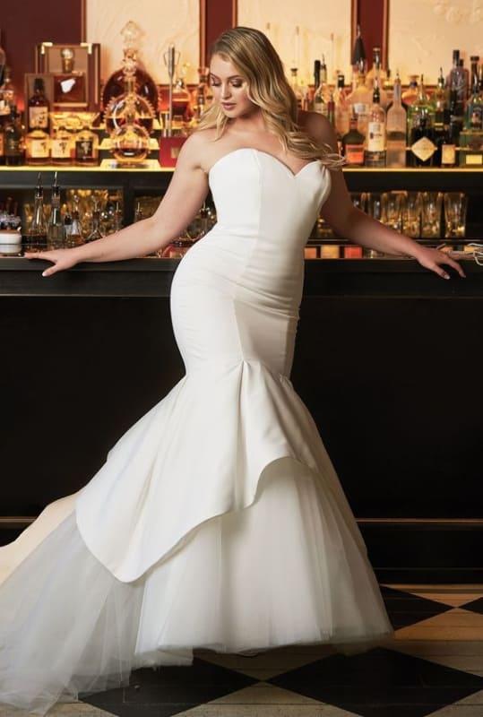 noiva plus size com vestido sereia minimalista