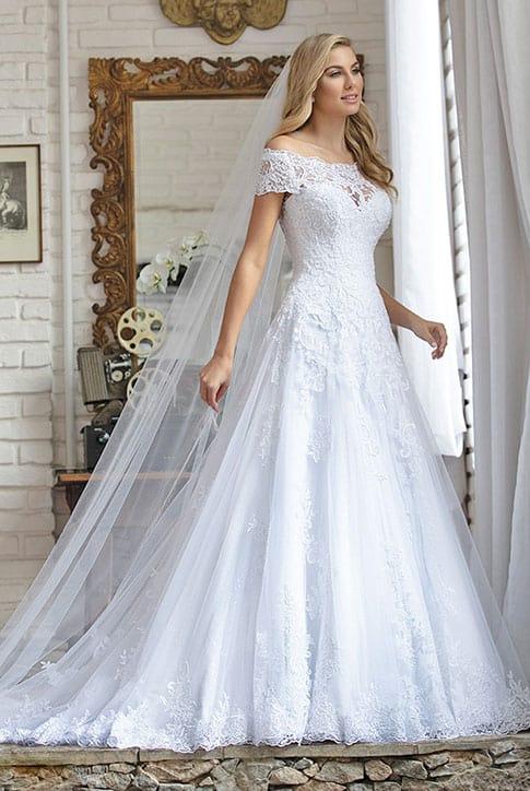 vestido de noiva princesa com decote ombro a ombro e renda