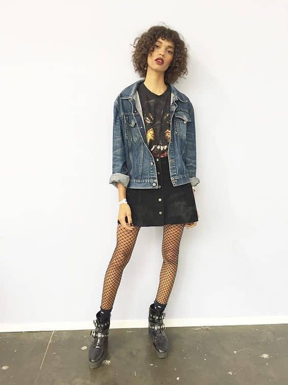 look Rock in Rio com jaqueta jeans e meia arrastão
