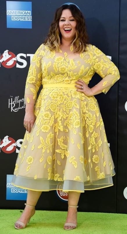 look plus size com vestido de festa rodado midi