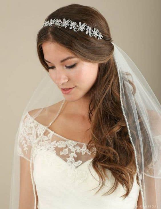 noiva com tiara delicada e véu