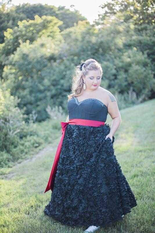 vestido de noiva preto com faixa vermelha