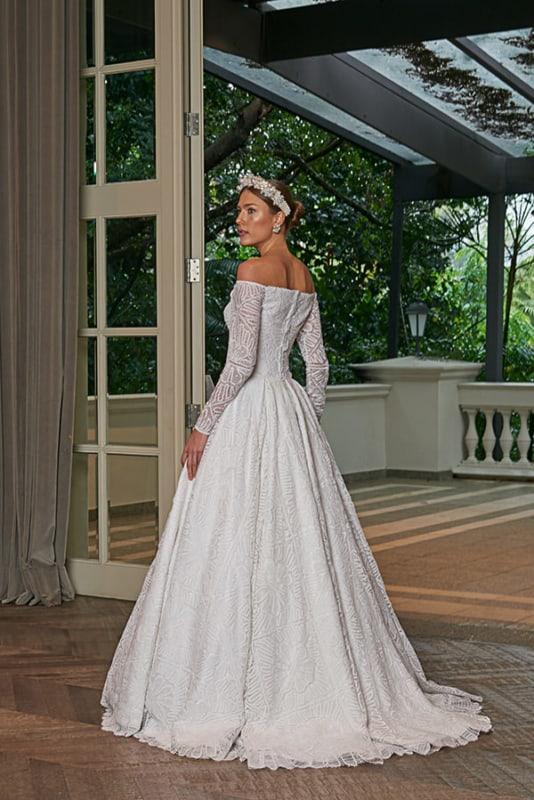 vestido de noiva princesa com decote ombro a ombro e manga longa