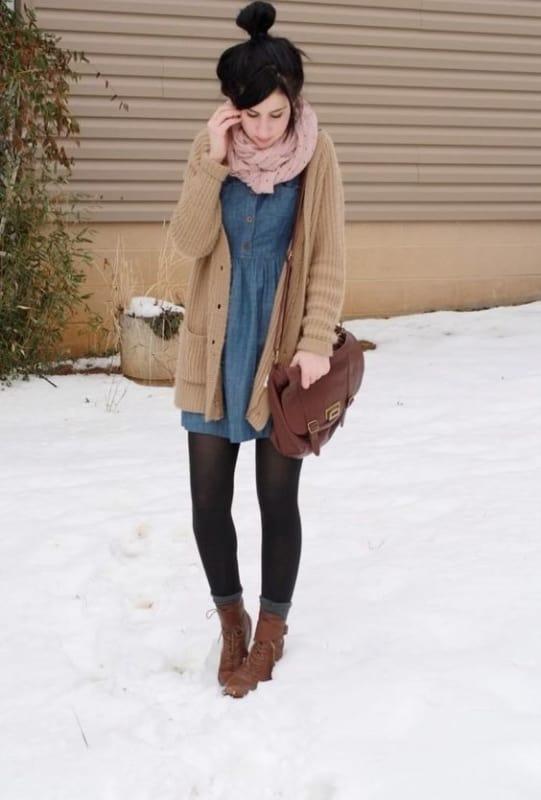 look de inverno com vestido jeans e casaco de lã