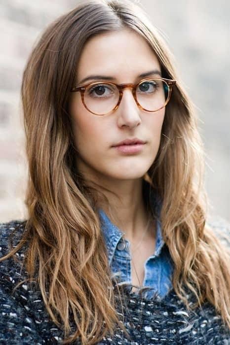 look feminino com óculos de grau redondo