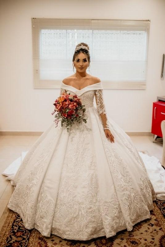 noiva com vestido rodado e decote ombro a ombro